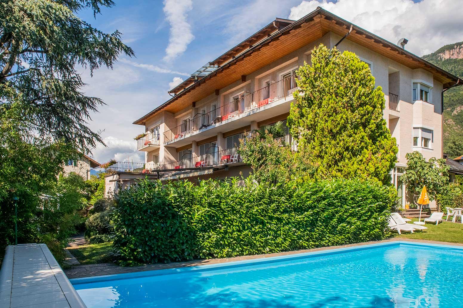 hotel-Weingarten-schwimmbad-blumen-garten